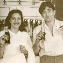 Rishi Kapoor shares a throwback PHOTO of Nargis Dutt & Raj Kapoor as they pose with cola in their hands