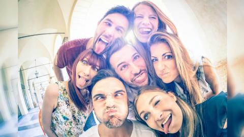 Pertemanan Bisa Lebih Penting daripada Keluarga Seiring Kita Menua
